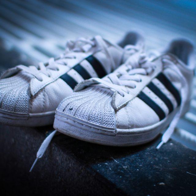 5 modelos de zapatillas clásicas que debes tener en tu vida.